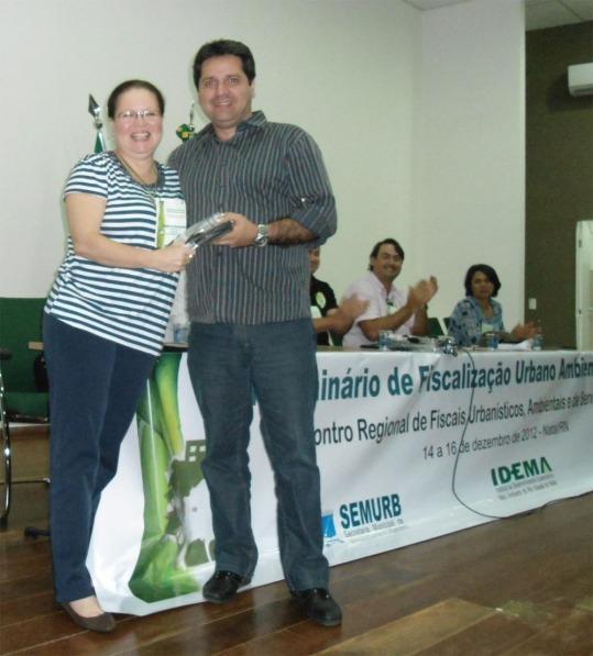Geóloga Isalúcia Cavalcanti, Secretária Adjunta da SEMURB de Extremoz/RN recebe lembrança das mãos de Carlos Ney, Sec. Adj. SEMURB Natal