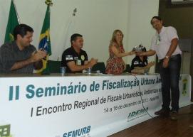 Dra. Marise recebe lembrança do eventos pelas mãos de Gustavo Szilagyi, Diretor do Idema