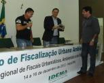 Dr. Talden Farias recebe lembrança do evento pelas mãos do Secretário Adjunto da SEMURB/ Natal