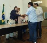 Secretário Adjunto de Fiscalização e Licenciamento da SEMURB e o Diretor Geral do IDEMA presenteiam Daniel Nicola e Dra. Cássia Bulhões