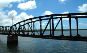 Ponte metálica sobre o Rio Potengi