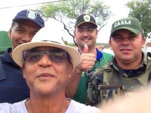 Fiscais e Guardas Ambientais em selfie de agradecimento. Cidadão satisfeito com o serviço